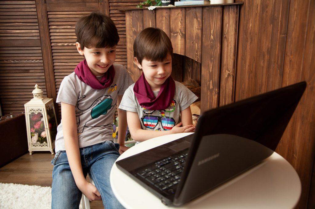 Дистанционное обучение детей за ноутбуком