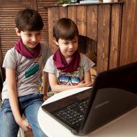 Дистанционное обучение - дети за ноутбуком